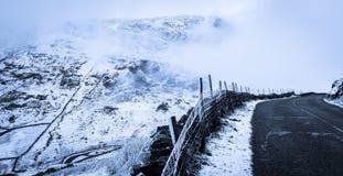 Kirkstone-Durchlauf mit Schnee und Nebel Lizenzfreies Stockfoto