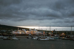 Kirkwall Orkney för hamn för skeppsolnedgångfartyg öar UK Skottland 18 05 2016 Arkivfoton