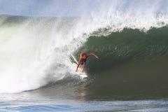 Kiron Jabour que practica surf en la tubería en Hawaii imagen de archivo libre de regalías