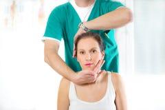 Kiropraktor som justerar halsmuskler royaltyfria foton