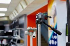 Kirov, Ρωσία - 30 Δεκεμβρίου 2017: Τρίποδο για τη λάμψη στο κατάστημα του φωτογραφικού εξοπλισμού στοκ εικόνες