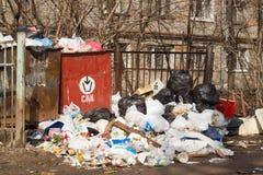 KIROV, RÚSSIA - CERCA DO MAIO DE 2013: Excesso dos baldes do lixo com lixo Fotografia de Stock