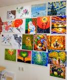 KIROV, RÚSSIA - 7 DE AGOSTO DE 2017: Muitas pinturas bonitas na parede de um estúdio local da arte Foto de Stock Royalty Free