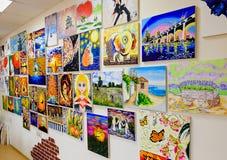 KIROV, RÚSSIA - 7 DE AGOSTO DE 2017: Muitas pinturas bonitas na parede de um estúdio local da arte Fotos de Stock