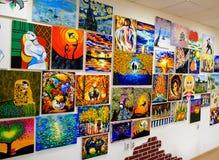 KIROV, RÚSSIA - 7 DE AGOSTO DE 2017: Muitas pinturas bonitas na parede de um estúdio local da arte Imagens de Stock Royalty Free