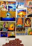 KIROV, RÚSSIA - 7 DE AGOSTO DE 2017: Muitas pinturas bonitas na parede de um estúdio local da arte Imagem de Stock Royalty Free