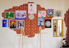 KIROV, RUSIA - 7 DE AGOSTO DE 2017: Interior colorido y creativo del estudio local del arte, estilo del desván Foto de archivo libre de regalías