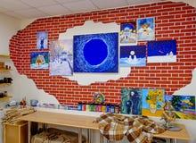 KIROV, RUSIA - 7 DE AGOSTO DE 2017: Interior colorido y creativo del estudio local del arte, estilo del desván Imagen de archivo libre de regalías