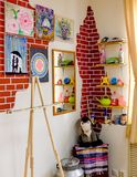 KIROV, RUSIA - 7 DE AGOSTO DE 2017: Interior colorido y creativo del estudio local del arte, estilo del desván Fotografía de archivo libre de regalías