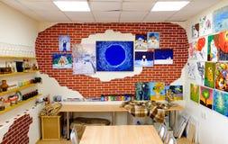KIROV, RUSIA - 7 DE AGOSTO DE 2017: Interior colorido y creativo del estudio local del arte, estilo del desván Foto de archivo