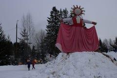 KIROV, RUSSIA-FEBRARY 18, 2018: świętowanie Maslenitsa wakacyjnego oparzenie słomiany wizerunek symbolizował zimę zdjęcia royalty free
