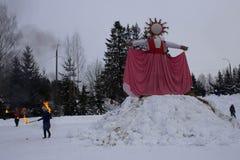 KIROV, RUSSIA-FEBRARY 18, 2018: świętowanie Maslenitsa wakacyjnego oparzenie słomiany wizerunek symbolizował zimę obraz royalty free