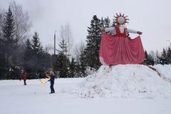 KIROV, RUSSIA-FEBRARY 18, 2018: świętowanie Maslenitsa wakacyjnego oparzenie słomiany wizerunek symbolizował zimę obraz stock