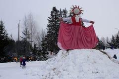 KIROV RUSSIA-FEBRARY 18, 2018: beröm av avbildning för sugrör för den Maslenitsa feriebrännskadan symboliserade en vinter Arkivbilder