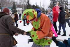 KIROV RUSSIA-FEBRARY 18, 2018: beröm av Maslenitsa ferie, den roliga dragkampen för tradition, bogatyt och skomorokh Royaltyfri Fotografi