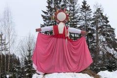 KIROV RUSSIA-FEBRARY 18, 2018: beröm av Maslenitsa ferie med hand-gjord sugröravbildning symboliserade en vinter Royaltyfria Foton