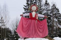 KIROV RUSSIA-FEBRARY 18, 2018: beröm av Maslenitsa ferie med hand-gjord sugröravbildning symboliserade en vinter Arkivbilder