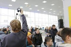 Kirov Ryssland, December 26, 2015 - folk under presentationen av den nya ryska bilen Lada Vesta Arkivfoton