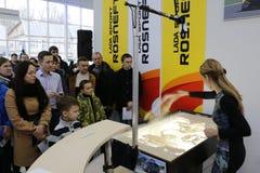 Kirov Ryssland, December 26, 2015 - folk under presentationen av den nya ryska bilen Lada Vesta Royaltyfri Bild
