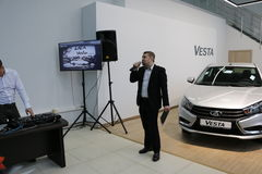 Kirov Ryssland, December 26, 2015 - folk under presentationen av den nya ryska bilen Lada Vesta Royaltyfri Foto