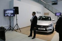 Kirov Ryssland, December 26, 2015 - folk under presentationen av den nya ryska bilen Lada Vesta Fotografering för Bildbyråer