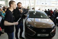 Kirov Ryssland, December 26, 2015 - ny rysk bilLada RÖNTGENSTRÅLE under presentationen 14 Februari 2016 i bilvisningslokalen av d Arkivfoto