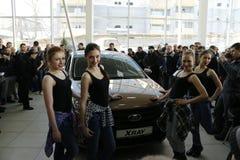 Kirov Ryssland, December 26, 2015 - ny rysk bilLada RÖNTGENSTRÅLE under presentationen 14 Februari 2016 i bilvisningslokalen av d Royaltyfria Bilder