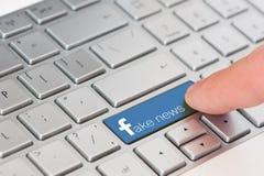 KIROVOGRAD, UCRANIA, MARZO, 12,2018 - llave con noticias de la falsificación del texto en el teclado blanco del ordenador portáti Foto de archivo