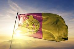 Kirovohrad Kropyvnytskyi Oblast van stof die van de de vlag de textieldoek van de Oekraïne op de hoogste mist van de zonsopgangmi stock foto