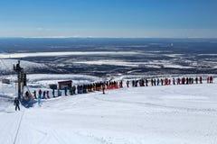 KIROVSK, RUSIA - ABRIL , 2017: Esquiadores y snowboarders que vinieron Fotografía de archivo libre de regalías