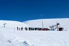 KIROVSK, RUSLAND - APRIL , 2017: Skiërs en snowboarders die kwamen Royalty-vrije Stock Fotografie