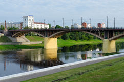 Kirovsky桥梁看法横跨西部Dvina夏天早晨, Vit 免版税库存照片
