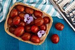 Kirsch-Tomaten Mini-kumakos mit Wassertropfen lizenzfreies stockbild