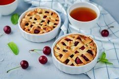 Kirsch-Torten mit frischen Kirsche-oand Tassen Tee lizenzfreie stockfotos