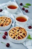 Kirsch-Torten mit frischen Kirsche-oand Tassen Tee lizenzfreies stockfoto