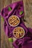 Kirsch-Torten mit frischen Kirsche-oand Tassen Tee stockbilder