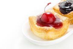 Kirsch-und Blaubeerendänischebäckerei Stockfotos