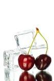 Kirsch- und Eiswürfel Stockbild