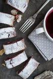 Kirsch- und Walnussstrudel auf einem dunklen Holztisch nahaufnahme Stockfotografie