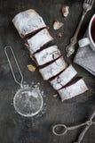Kirsch- und Walnussstrudel auf einem dunklen Holztisch Selektives foc Lizenzfreie Stockfotos