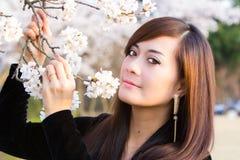 Frau in der Kirschblüte Lizenzfreie Stockbilder