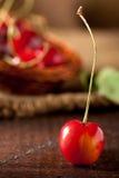 Kirsche auf Holz Lizenzfreies Stockbild