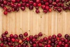 Kirsche, die auf Bambusmatte liegt Lizenzfreie Stockfotografie