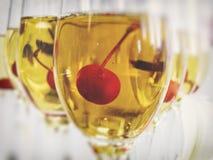 Kirsche im Glas der Rebe Lizenzfreie Stockbilder