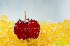 Kirsche mit Blasen auf einem blauen Hintergrund Lizenzfreies Stockfoto