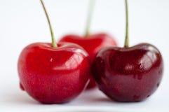 Kirsche mit drei Rottönen auf einem weißen Hintergrund Stockfoto