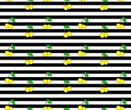 Kirsche Nahtloses Muster mit gelben süße Kirschbeeren auf Streifenhintergrund Stockfotografie