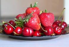 Kirsche u. Erdbeere Stockfotografie