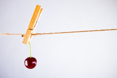 Kirsche und Seil auf Weiß mit Rohrschelle Lizenzfreie Stockfotografie
