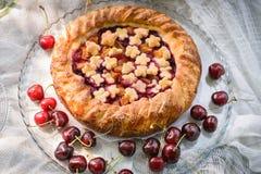 Kirsche und Torte auf keramischem Behälter Stockbild